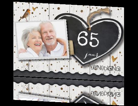 uitnodiging 65 jaar Jubileum uitnodiging 65 jaar getrouwd wit hout met hart en krijtbord uitnodiging 65 jaar