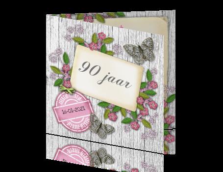 Super Verjaardagskaart 90 jaar met roze bloemen vlinders en label #KV44
